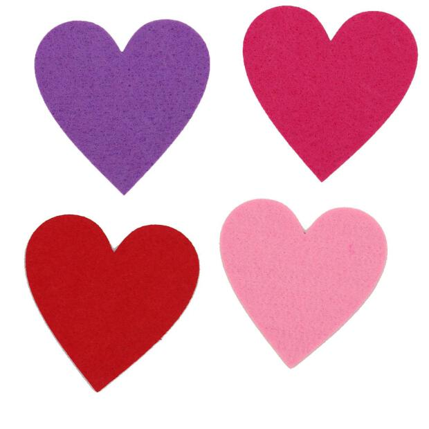 Herzen aus Filz in unterschiedlichen Farben.